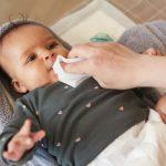 Bebis som tvättas med tvättlapp