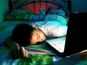 Tonaring sover med dator