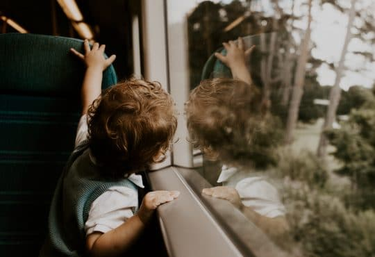 Barn reser med tåg