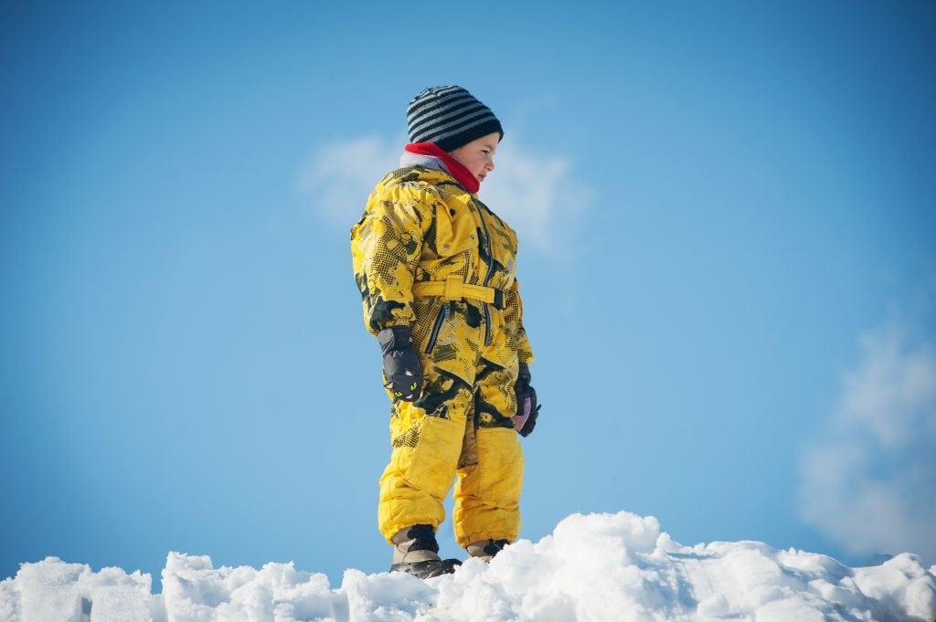 Pojke i snö med mössa.