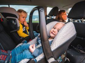 Barn i babyskydd och i bilbarnstol